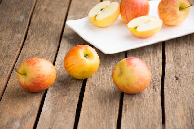 Plat de pomme et pomme sur table en bois. fruit de fond ou nourriture et fond