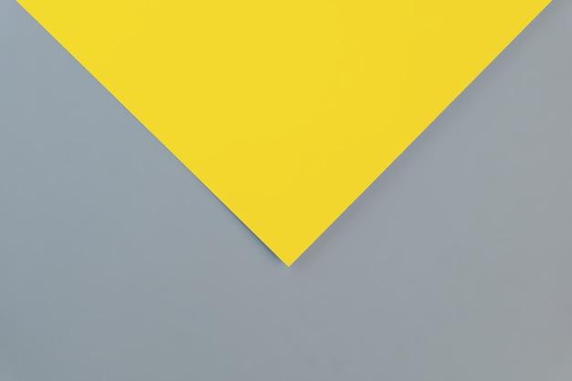 Plat posé dans de nouvelles couleurs tendance 2021. jaune lumineux et gris ultime. couleur de l'année 2021.