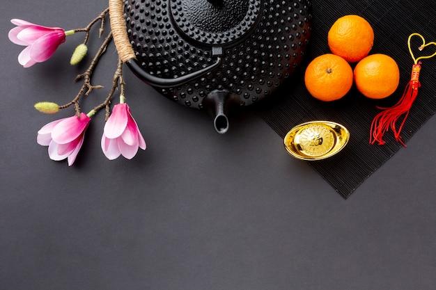 Plat pose de théière et magnolia nouvel an chinois