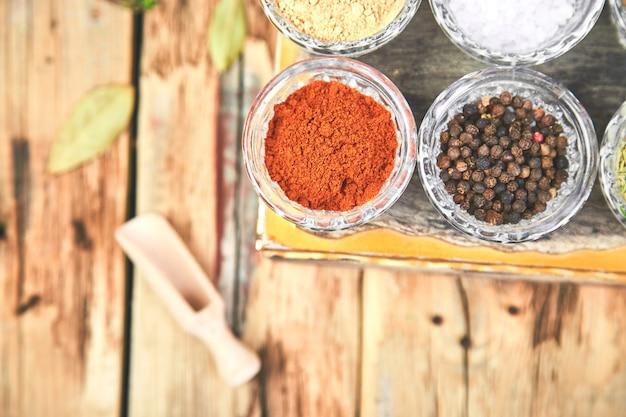 Plat poser d'assaisonnement. assaisonnement d'épices et d'herbes avec frais et séché