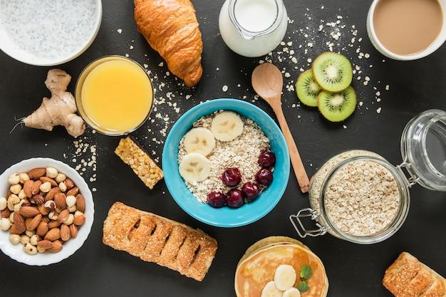 Plat poser l'avoine et les fruits avec. pâtisserie et jus d'orange