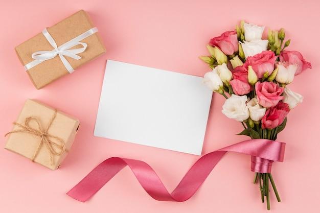 Plat poser beau bouquet de roses avec carte vide
