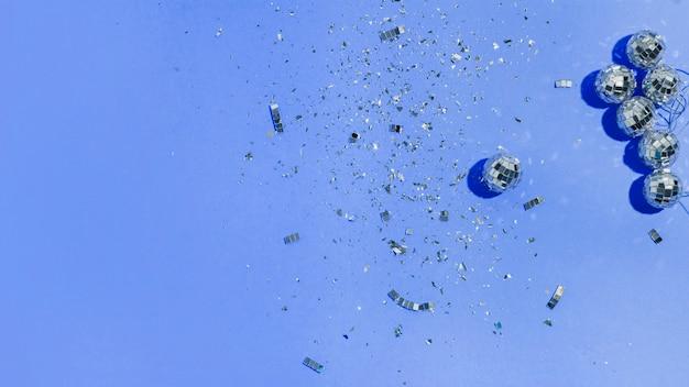 Plat poser des boules de noël et des paillettes sur fond bleu