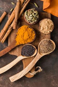 Plat poser de délicieuses épices indiennes