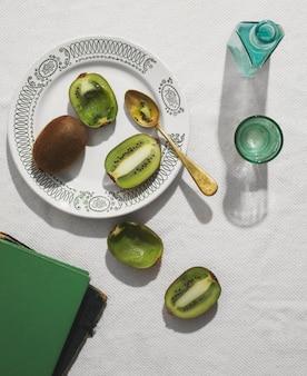 Plat poser de délicieux kiwi sur assiette
