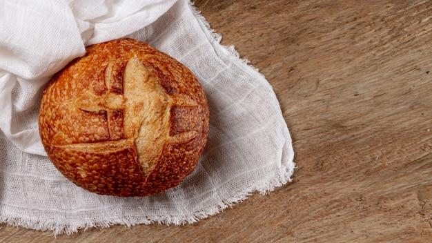 Plat poser délicieux pain sur fond en bois