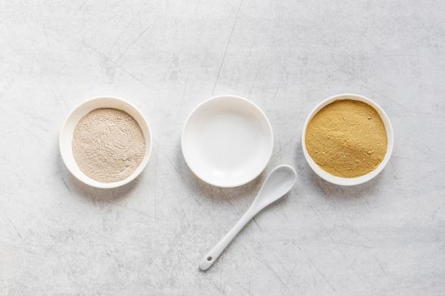 Plat poser du sable dans des bols et cuillère