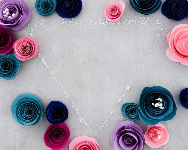 Plat poser joli cadre floral sur fond de ciment