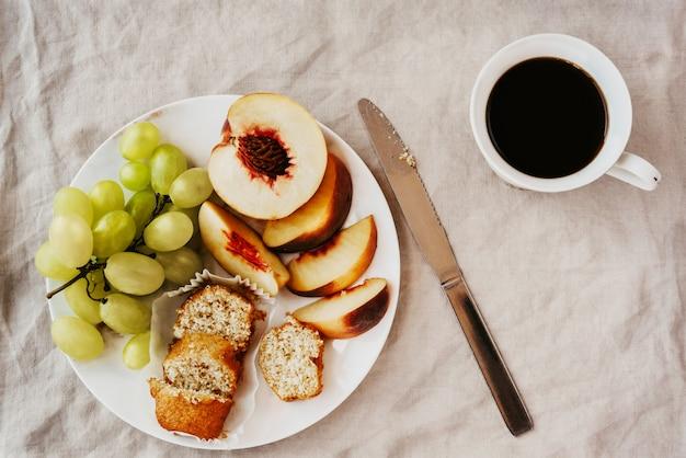 Plat poser un petit-déjeuner végétarien sain avec pâtisserie et café sur une nappe