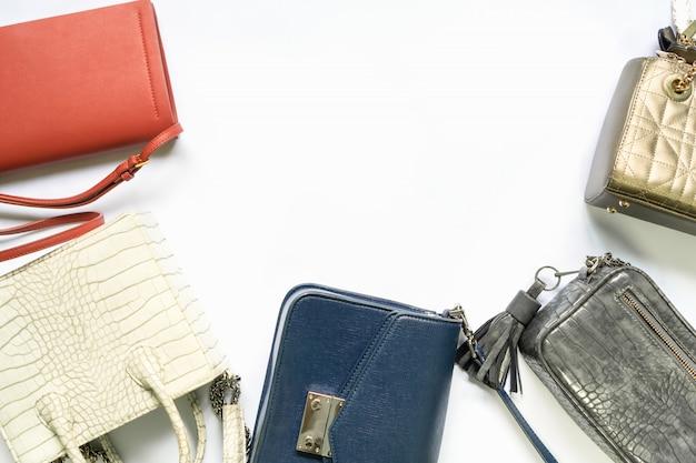 Plat poser de sac à main femme. fond féminin de mode tendance.