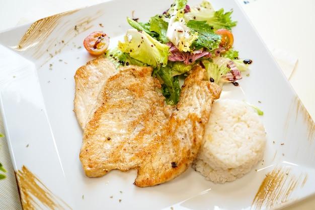 Plat de poulet sur une table de restaurant