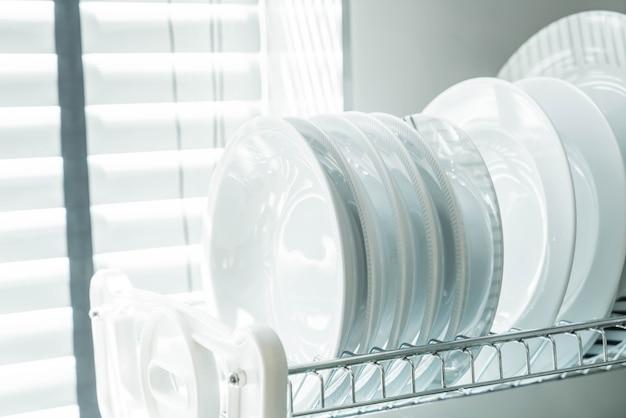 Plat propre sur un porte-vaisselle
