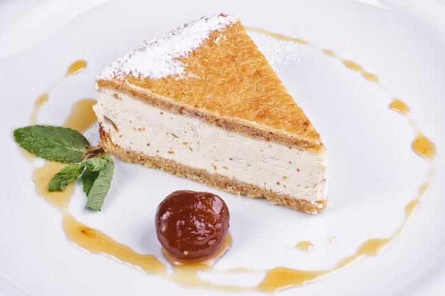Plat de restaurant composé de gâteau dessert avec soufflé