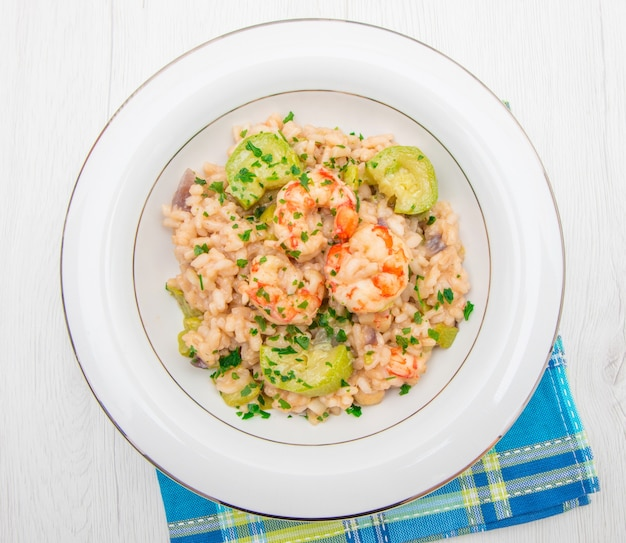 Plat avec risotto aux crevettes et courgettes