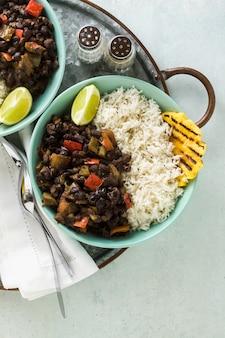 Plat de riz cubain et de haricots noirs à l'ananas grillé.
