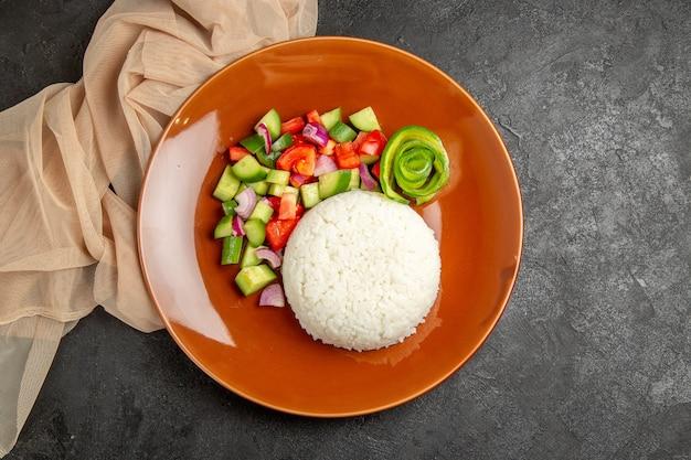 Plat de riz fait maison et salade saine