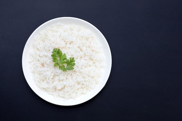 Plat de riz sur fond sombre.