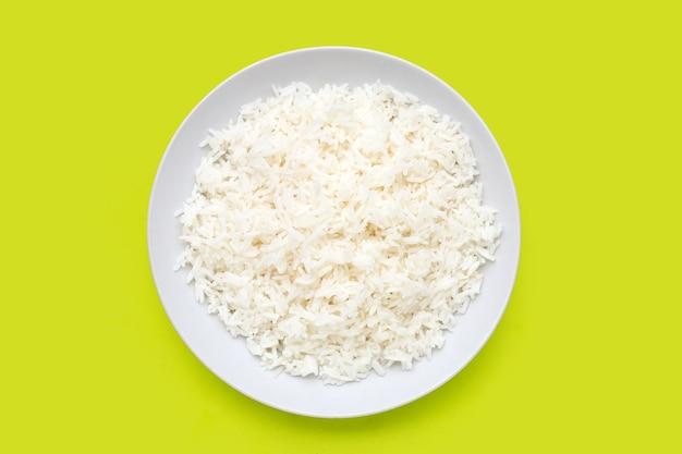 Plat de riz sur fond vert.