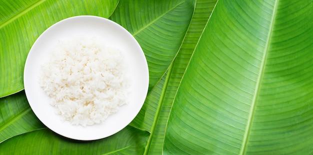 Plat de riz sur la surface des feuilles de bananier