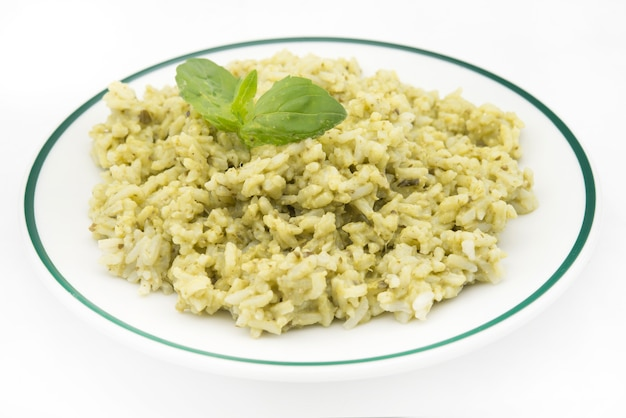 Plat de riz vert traditionnel mexicain arroz verde à base de riz à grains longs, d'épinards, de coriandre et d'ail