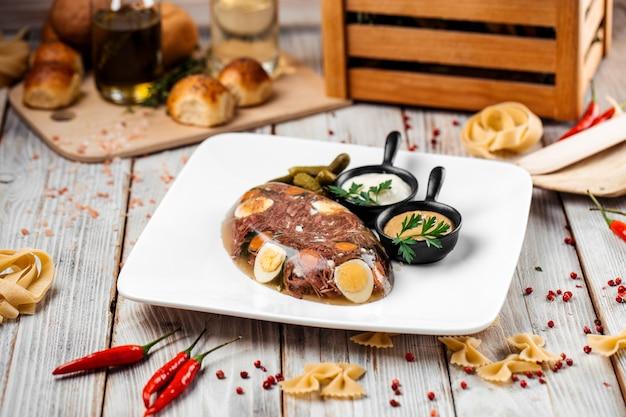 Plat russe traditionnel holodets viande en gelée
