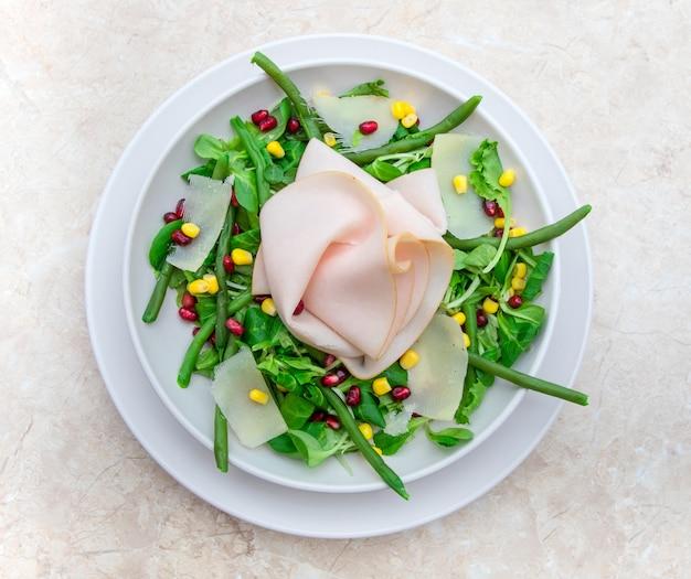 Plat avec salade fraîche et tranches de jambon