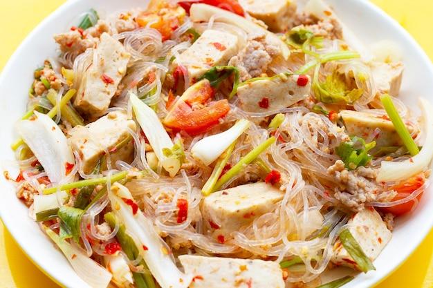 Plat de salade de vermicelles épicée