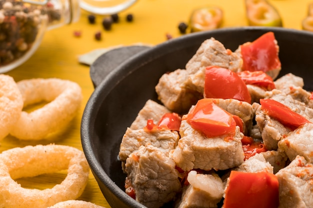Plat savoureux à angle élevé avec de la viande