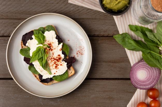 Plat savoureux sandwich sur table en bois