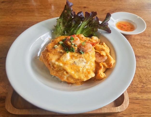 Plat thaïlandais simple, riz avec omelette de crevettes sur le dessus
