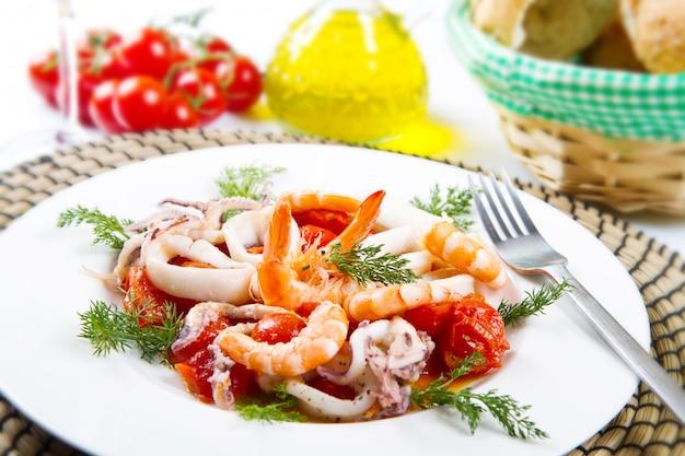 Plat avec des tomates et des calmars