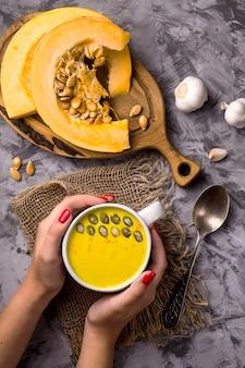 Plat traditionnel à la citrouille d'automne - soupe aux épices et à l'ail