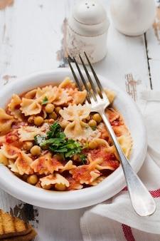 Plat traditionnel italien, chaudrée, lentille, pâtes et ceci servi dans une vieille assiette sur une vieille surface en bois