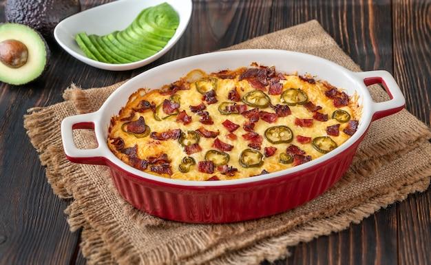 Plat de trempette popper jalapeno avec fromage et bacon