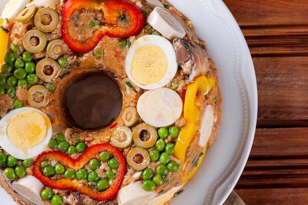 Plat typique de la cuisine brésilienne appelé cuscuz paulista, vue de dessus