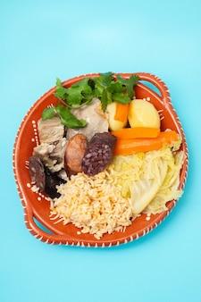 Plat typiquement portugais cozido a portuguesa