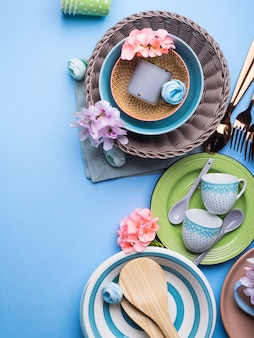 Plat de vaisselle sur pastel bleu