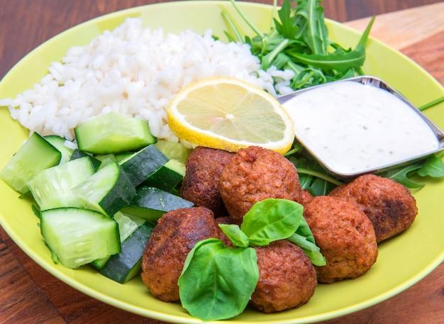 Plat végétalien aux boulettes de soja, concombre, riz et sauce au yogourt