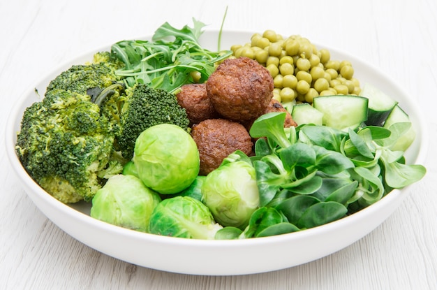 Plat végétalien aux boulettes de soja et légumes verts