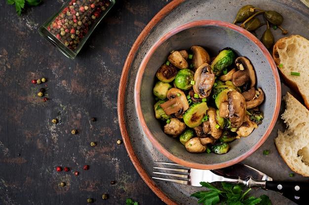 Plat végétalien. champignons au four avec choux de bruxelles et herbes. une bonne nutrition .. vue de dessus