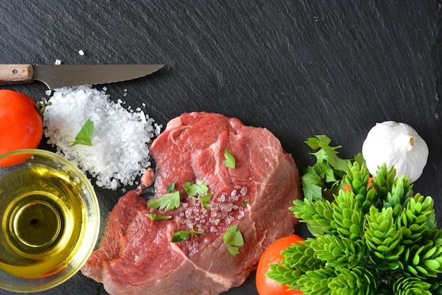 Plat à la viande crue avec du sel, de l'huile et du persil
