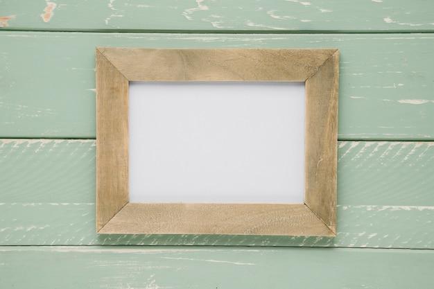Plat vide cadre vide sur fond en bois clair