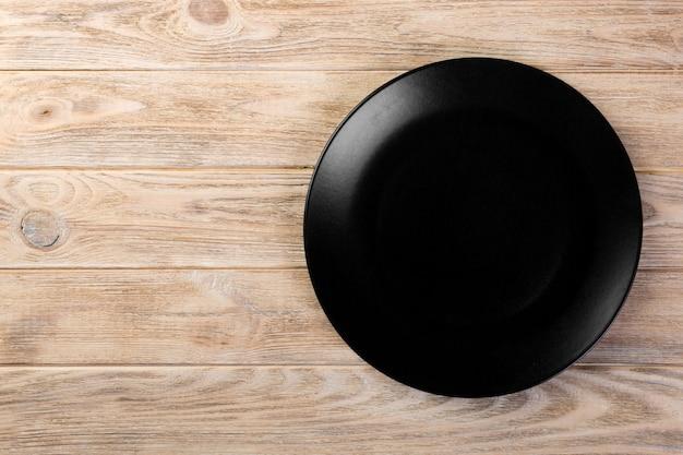 Plat vide noir mat pour le dîner