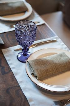 Plat vide sur la table du restaurant.