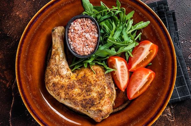 Plat de volaille - cuisses de poulet rôties avec salade de légumes