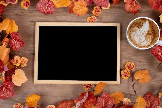 Plat vue de dessus de tableau et feuilles d'automne