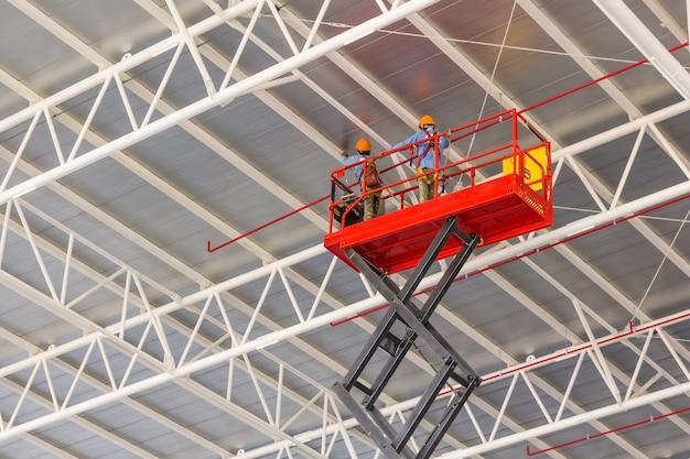 Plate-forme élévatrice à ciseaux avec système hydraulique élevé vers un toit d'usine