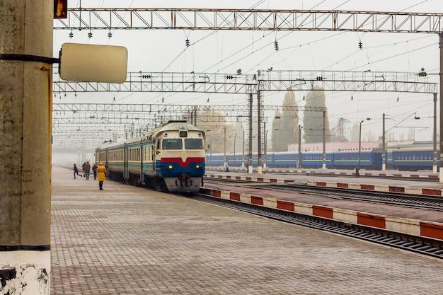 Plate-forme ferroviaire, le train est en préparation pour l'expédition, les passagers atterrissent dans les wagons