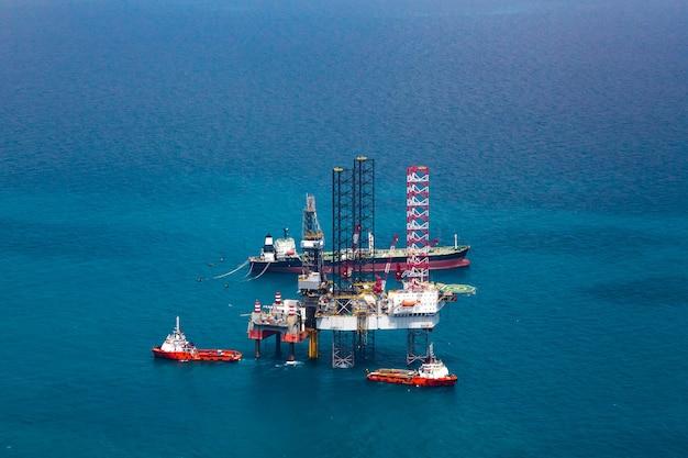 Plate-forme pétrolière offshore dans le golfe vue aérienne.