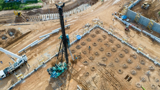 Plate-forme de pieux vue aérienne travaillant sur chantier